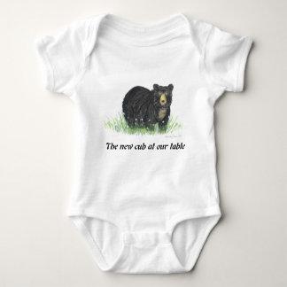 El oso negro en las flores blancas, bebé viste camisetas