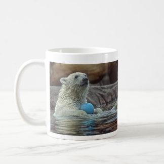 El oso polar Cub con el juguete asalta Taza