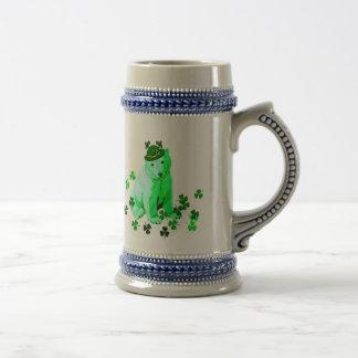 El oso polar de St Patrick verde Jarra De Cerveza