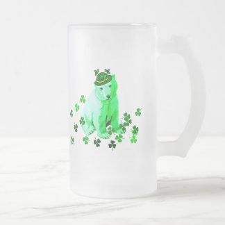El oso polar de St Patrick verde Taza De Cristal