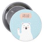 El oso polar lindo en la nieve dice hola pin redondo de 3 pulgadas