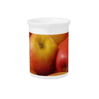 El otoño de las manzanas de la fruta colorea desti jarra de beber