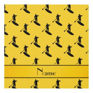 El paddleboarding negro amarillo conocido cuadro