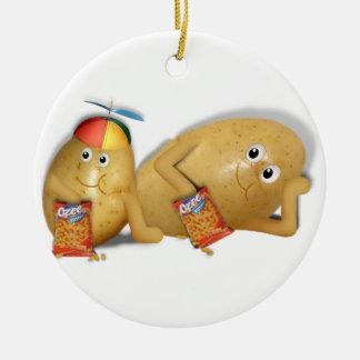 El padre y el hijo perfora ornamento para arbol de navidad