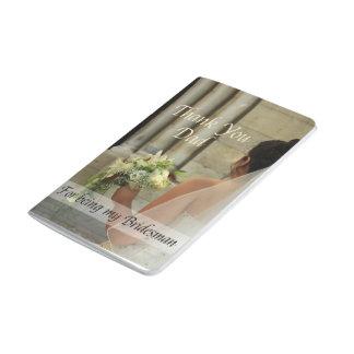 El padrino de boda del papá le agradece cuaderno grapado