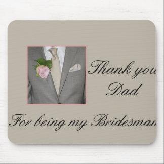 El padrino de boda del papá le agradece tapete de ratón