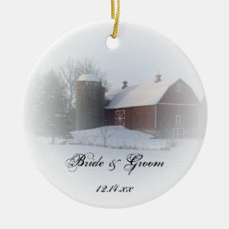 El país nevado del invierno del granero sea mi adorno redondo de cerámica