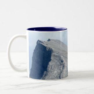 El paisaje canadiense ahueca las montañas rocosas  tazas de café