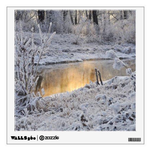 El paisaje del invierno del blanco nevado con la l