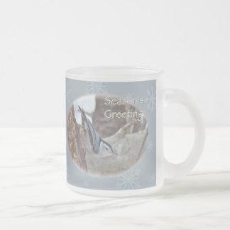 El pájaro cantante del trepatroncos del gris de pi taza de café