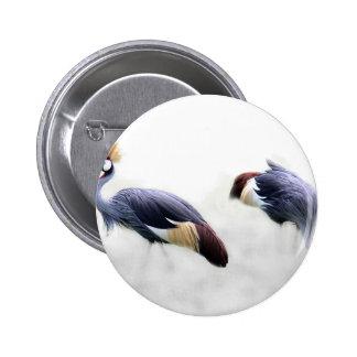 el pájaro coronado gris de la grúa se va volando pin redondo de 2 pulgadas