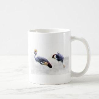 el pájaro coronado gris de la grúa se va volando taza de café