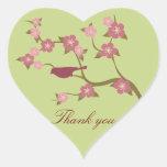 El pájaro de color de malva de la flor le agradece