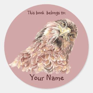 El pájaro lindo del halcón este libro pertenece pegatina redonda