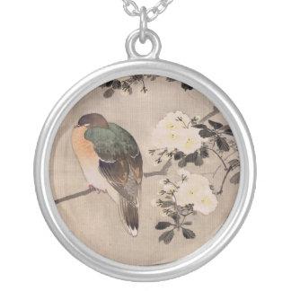 El pájaro se encaramó en una rama de un árbol flor colgante redondo