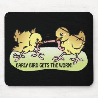 El pájaro temprano consigue el gusano alfombrillas de raton