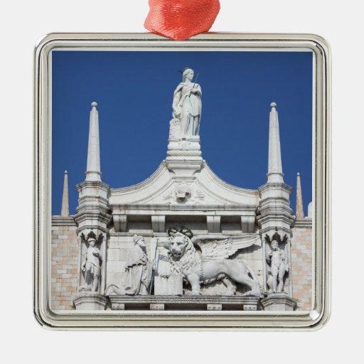 El palacio de los duxes con la estatua del dux ant ornamento de reyes magos