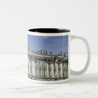 El palacio del invierno, St Petersburg, Rusia (RF) Taza De Café De Dos Colores