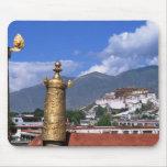 El palacio Potala en Lasa, Tíbet tomado de Tapetes De Ratón
