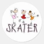 El palillo del chica del patinador figura al pegatina redonda