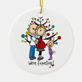 El palillo figura al chica de los padres del adorno de navidad