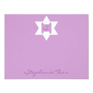 """El palo púrpura Mitzvah del Tess de Stephanie le Invitación 4.25"""" X 5.5"""""""