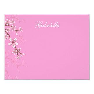 """El palo rosado Mitzvah de los flores de Gabriela Invitación 4.25"""" X 5.5"""""""