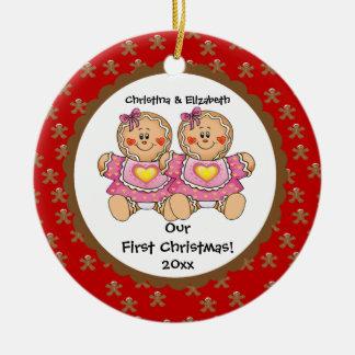 El pan de jengibre hermana el primer ornamento del adorno de navidad