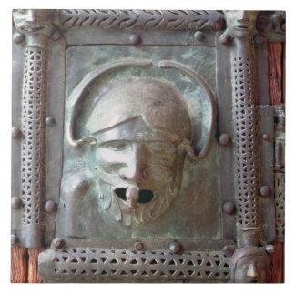 El panel de la puerta izquierda del portal, 1 del  azulejo cuadrado grande