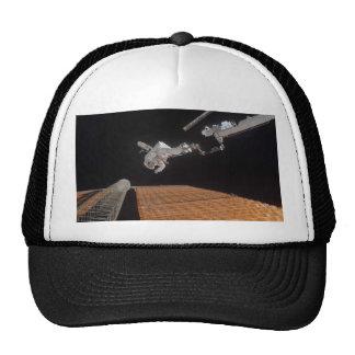 El panel solar de la reparación del astronauta gorras de camionero