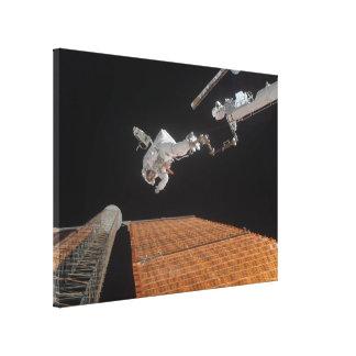 El panel solar de la reparación del astronauta impresión en lona
