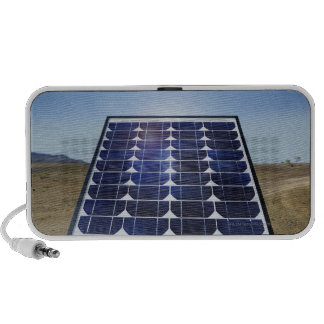 El panel solar en paisaje árido laptop altavoz