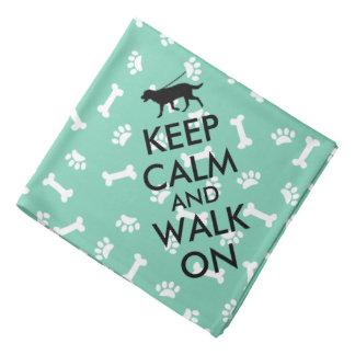 El pañuelo del perro guarda calma y camina en bandanas