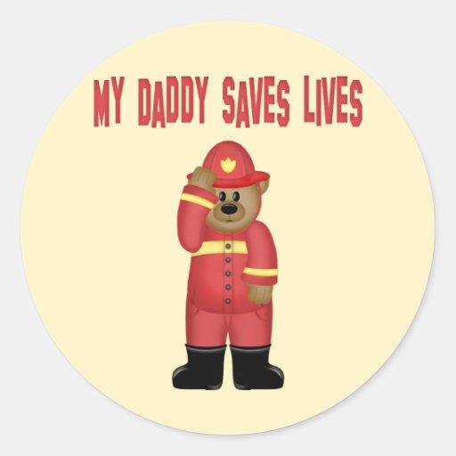El papá ahorra al bombero de las vidas etiqueta
