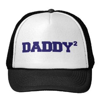 El papá ajustó la camiseta gorro