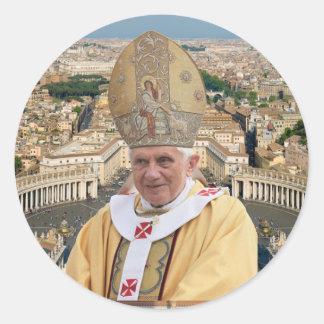 El papa Benedicto XVI con la Ciudad del Vaticano Etiquetas Redondas