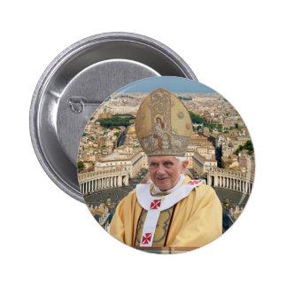 El papa Benedicto XVI con la Ciudad del Vaticano Pin Redondo De 2 Pulgadas
