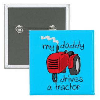 El papá conduce un tractor pins