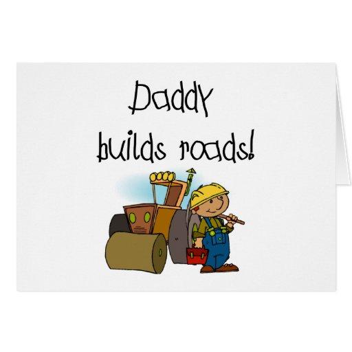 El papá construye las camisetas y los regalos de l tarjeta de felicitación