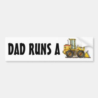 El papá funciona con a una pegatina para el pegatina para auto