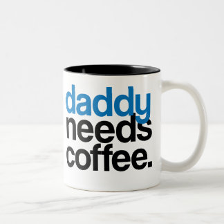 El papá necesita el café taza de dos tonos