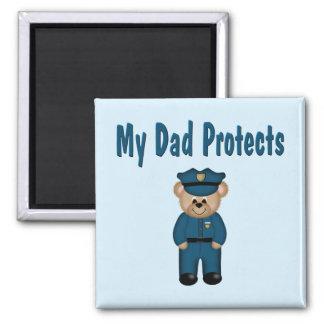 El papá protege el oso del policía imán cuadrado