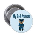 El papá protege el oso del policía pins