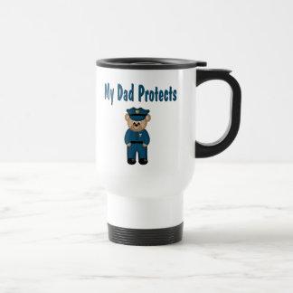 El papá protege el oso del policía taza