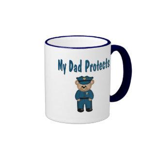 El papá protege el oso del policía taza a dos colores