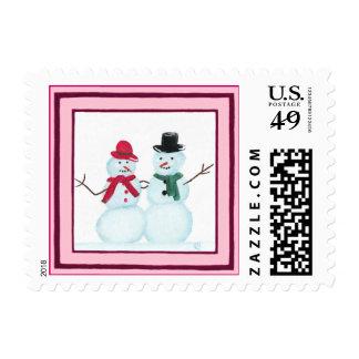 El par feliz en marco rosado navidad de la nieve