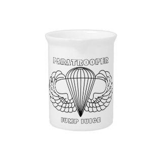 El paracaidista salta el jugo jarrones