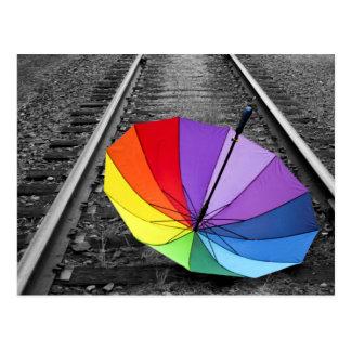 El paraguas del arco iris en el tren sigue la tarjetas postales