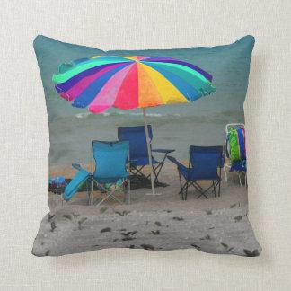 el parasol de playa colorido preside la escena de  almohadas