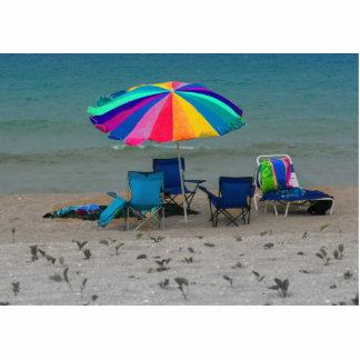 el parasol de playa colorido preside la escena de esculturas fotográficas